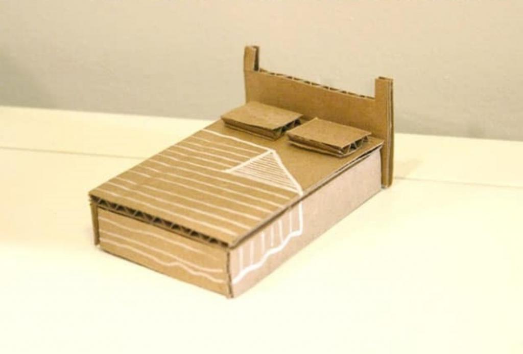 Как из картонной коробки сделать аккуратный кукольный домик. Дети любят такие поделки и с удовольствием помогают