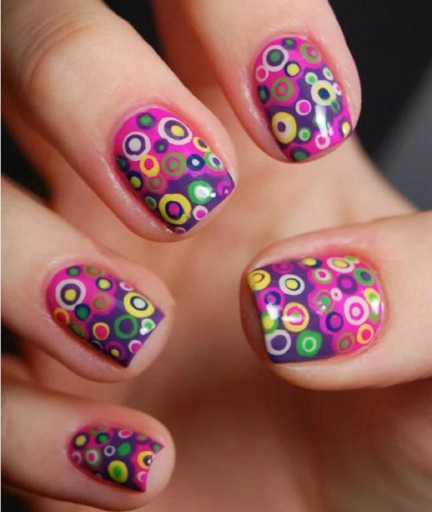 Конфетти на ногтях: несколько идей простого маникюра, который выглядит ярко и стильно