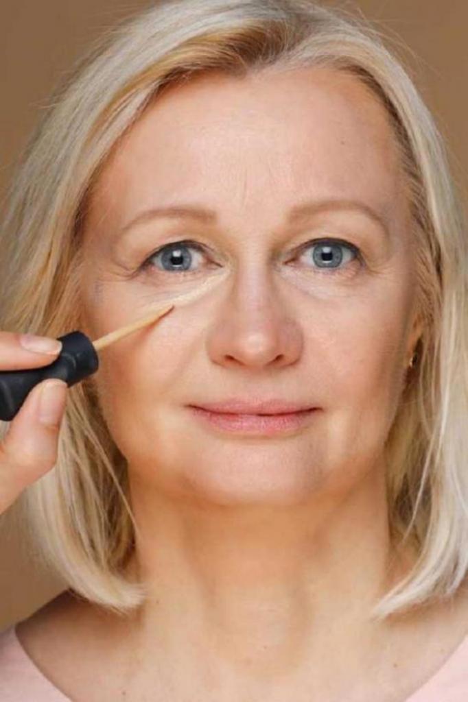 Трюк с макияжем, помогающий скрыть первые признаки старения кожи: понадобится консилер