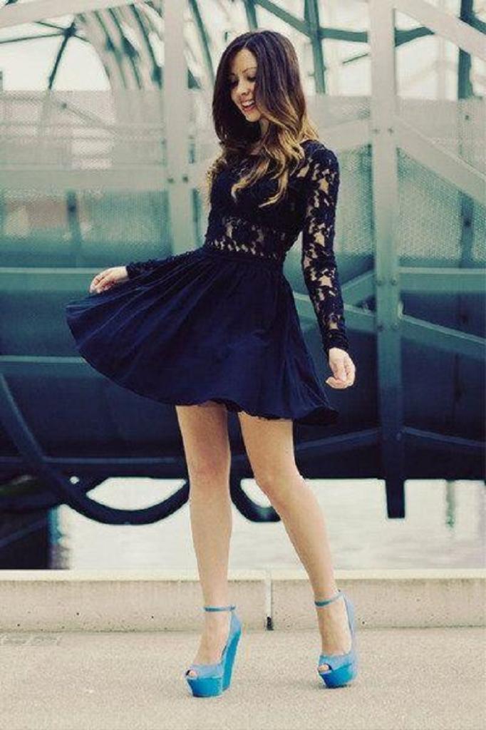 Цветочный принт, джинсы и кружевное платье: какие вещи будут идеально смотреться с синими туфлями