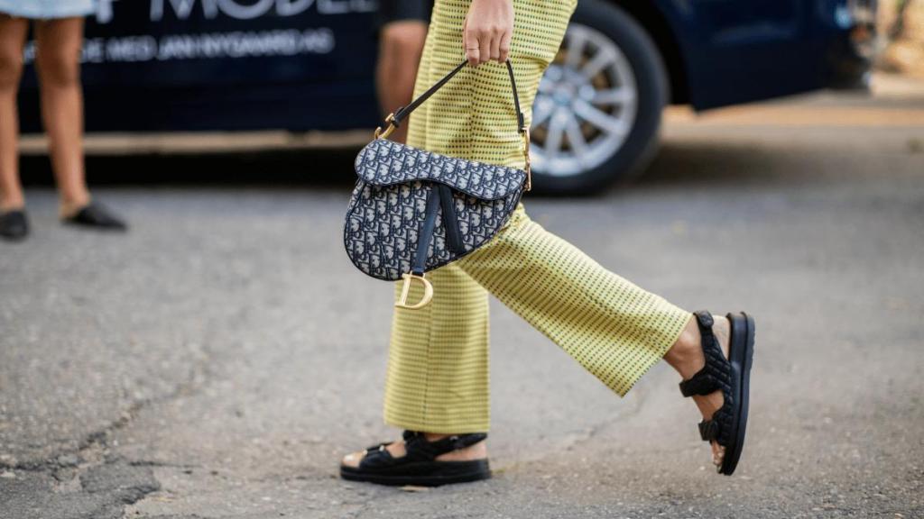 Шляпка кстати: с чем отлично смотрятся объемные сандалии