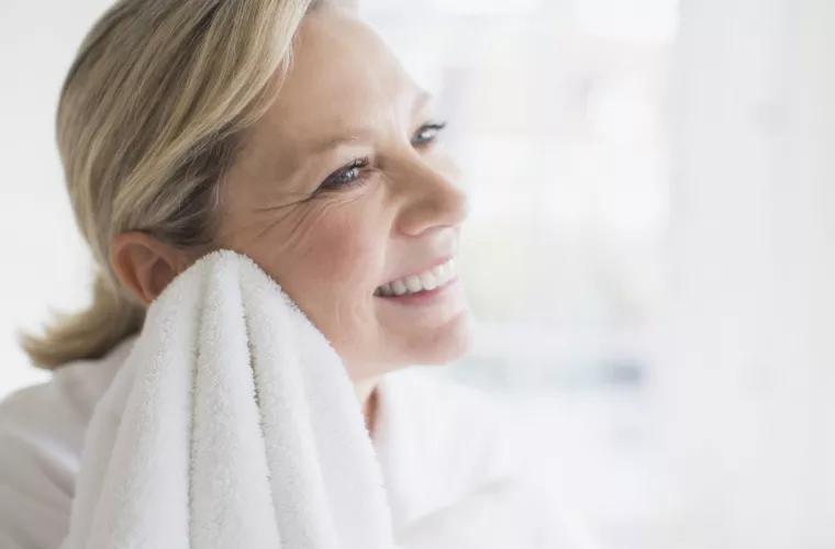 Оказывается, после умывания не всегда можно вытираться полотенцем: выводы косметологов и приметы