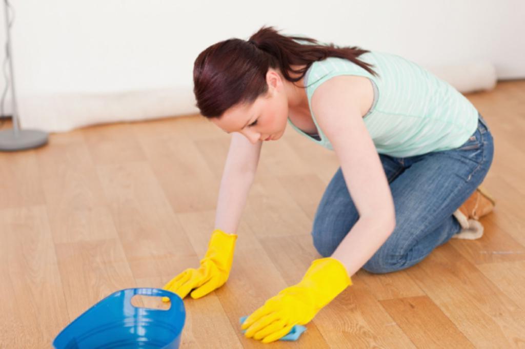 Как самостоятельно очистить линолеум от пятен краски. Готовим спирт, уксус и крем для бритья