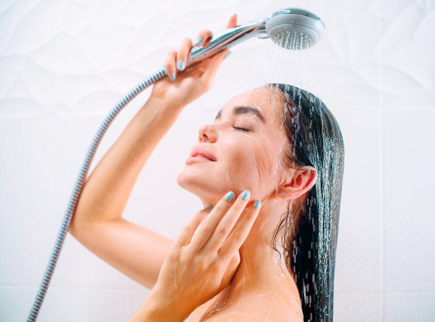 Холодный душ, приглушенный свет вечером: советы нейробиолога, которые принесут организму больше пользы, чем спортзал