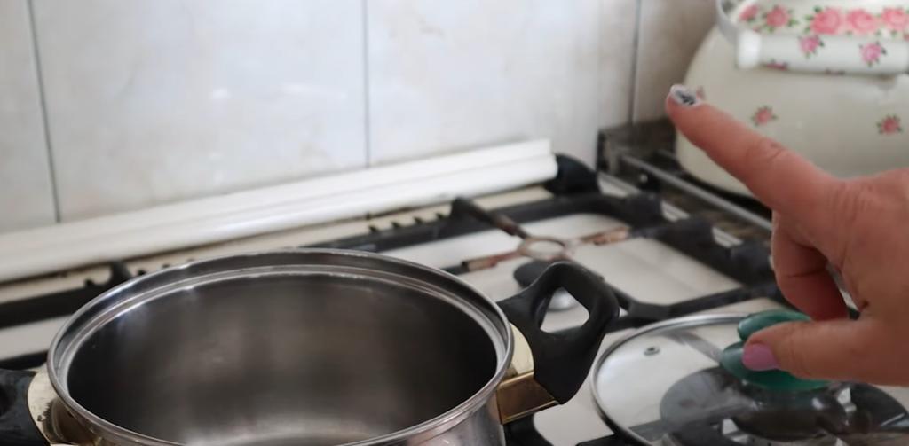 Хозяйки ошибаются, когда кладут крышку на плиту: простая хитрость, о которой догадываются немногие