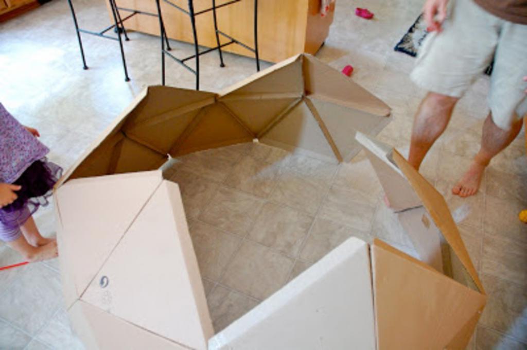Не стоит выбрасывать большие картонные коробки. Мастерим из них для детей оригинальный игровой домик