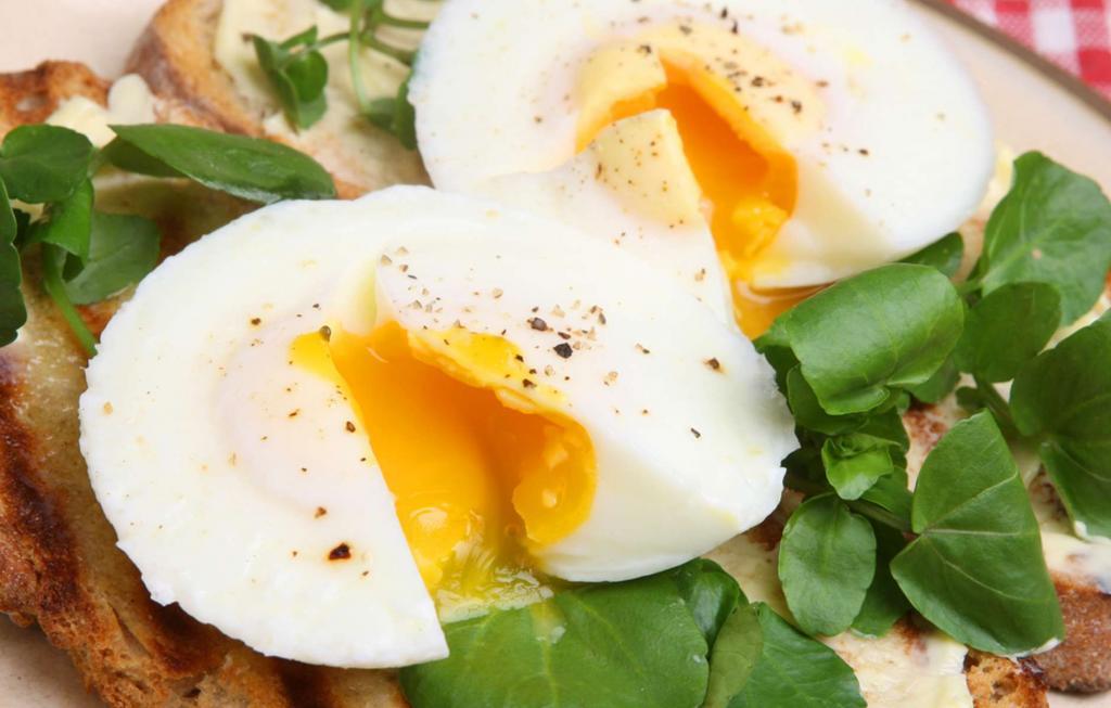 Минимум масла на сковороде: как приготовить яйца, чтобы они не наносили вред организму