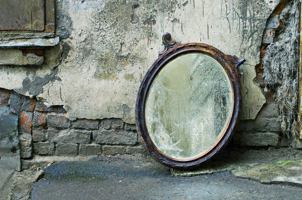Почему в России после ухода человека из жизни в доме закрывают зеркала (и как церковь относится к этому обычаю)