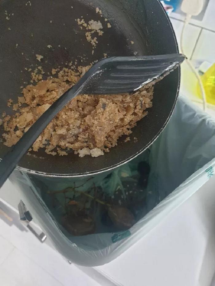 Простой трюк с жареной содой, который поможет очистить сковороду от жира