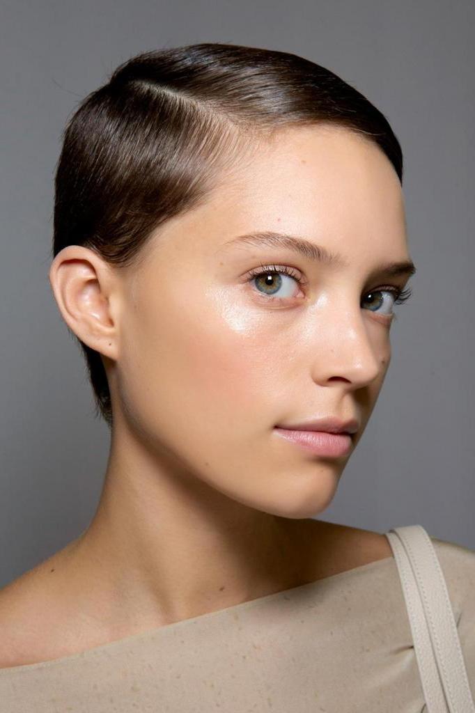 Трендовые стрижки на лето для женщин с редкими или очень тонкими волосами: варианты на разную длину