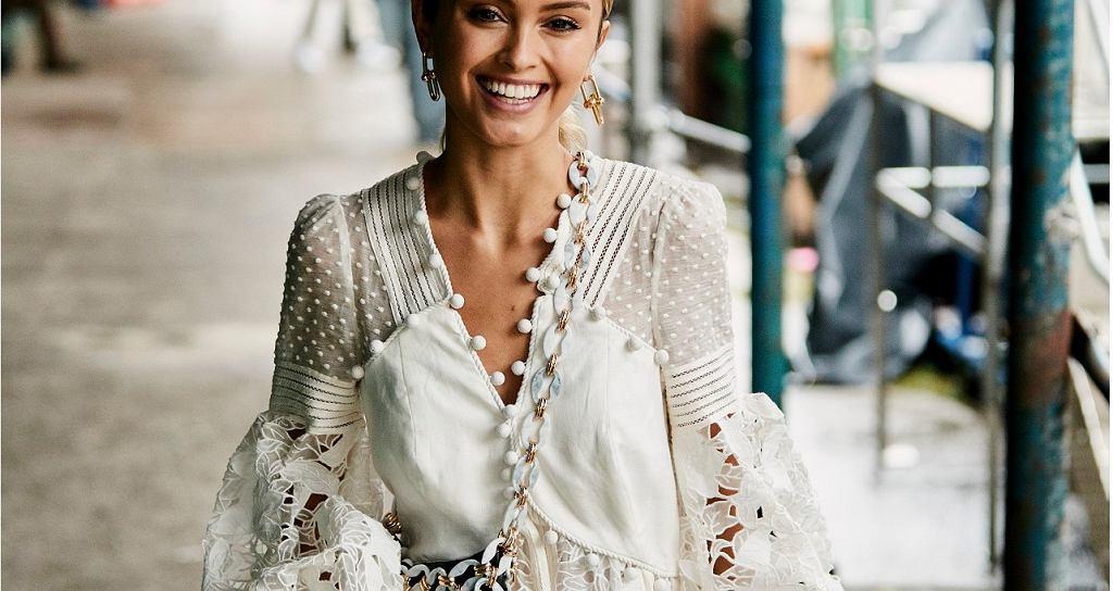 Блузки с оборками сделают незаметными недостатки фигуры: модели, которые стоит надеть в этом сезоне