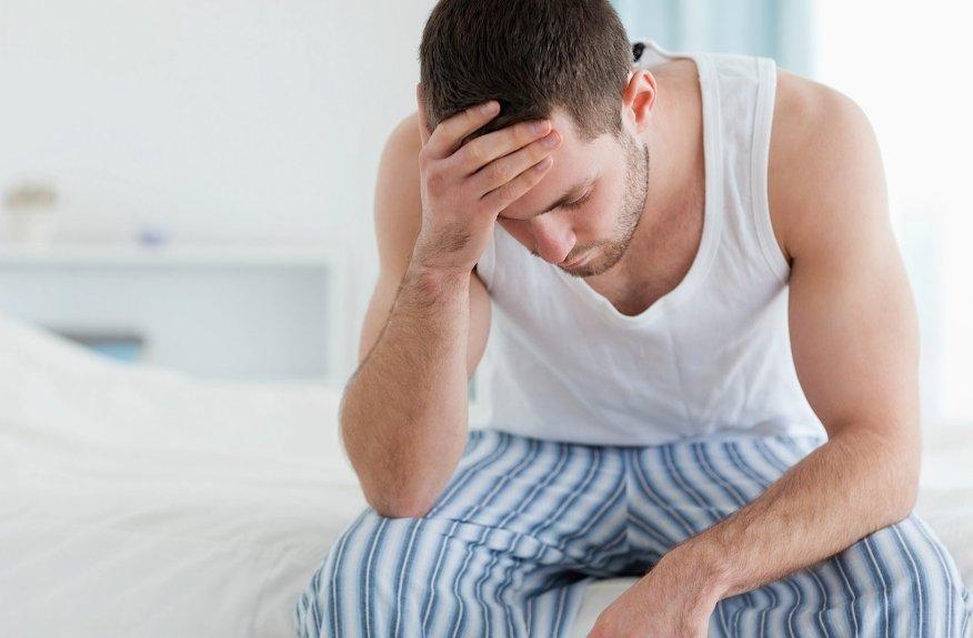 Почему мужчины не могут встать с кровати при повышенной температуре: ученые объяснили причину слабости сильного пола