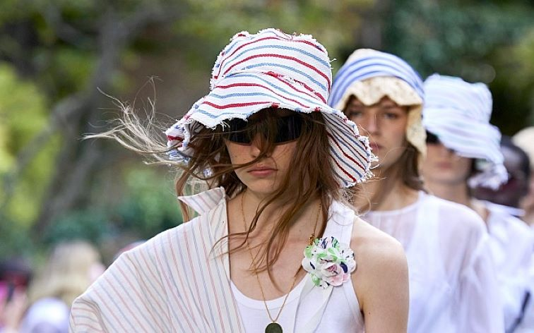 Головные уборы для женщин, которые будут модными летом 2021 года: с чем правильно их сочетать