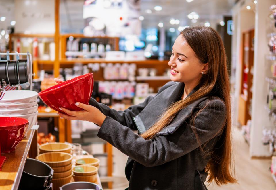 Скупают косметику стесняющиеся внешности, а любительницы сумок недовольны своей фигурой: как тяга к покупкам характеризует личность