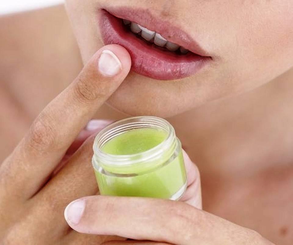 Если бальзам сушит, избавьтесь от него: советы по уходу за губами