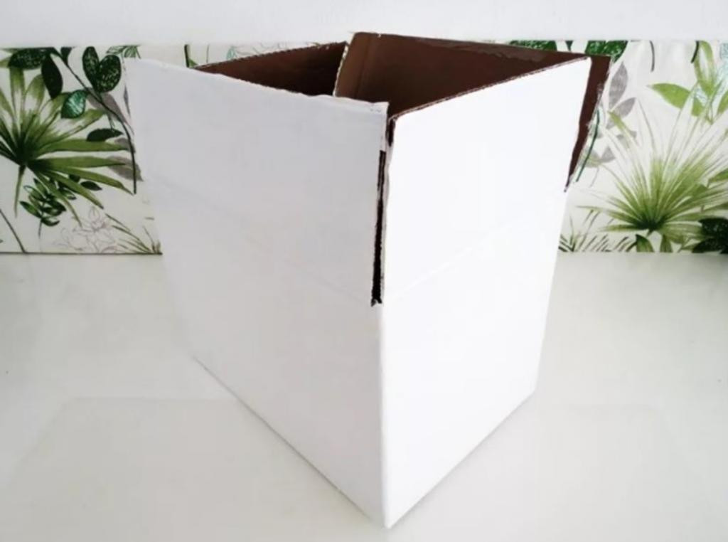 Делаем из картонной коробки симпатичный контейнер для хранения. Он получается вместительным и прочным