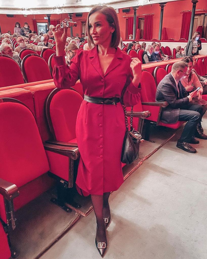 Анфиса Чехова пришла в театр в стройнящем платье (фото). Но удачный выбор оценили не все