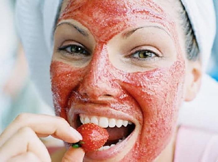 Ухаживаем за сухой кожей в домашних условиях: поможет клубничная маска из трех простых продуктов