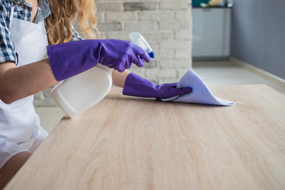 Как очистить деревянный пол от полироли для мебели. Нужны белый уксус и пакетики черного чая