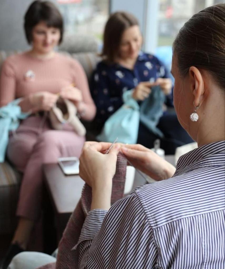 Работает как реклама: почему девушки стали чаще вязать в общественных местах