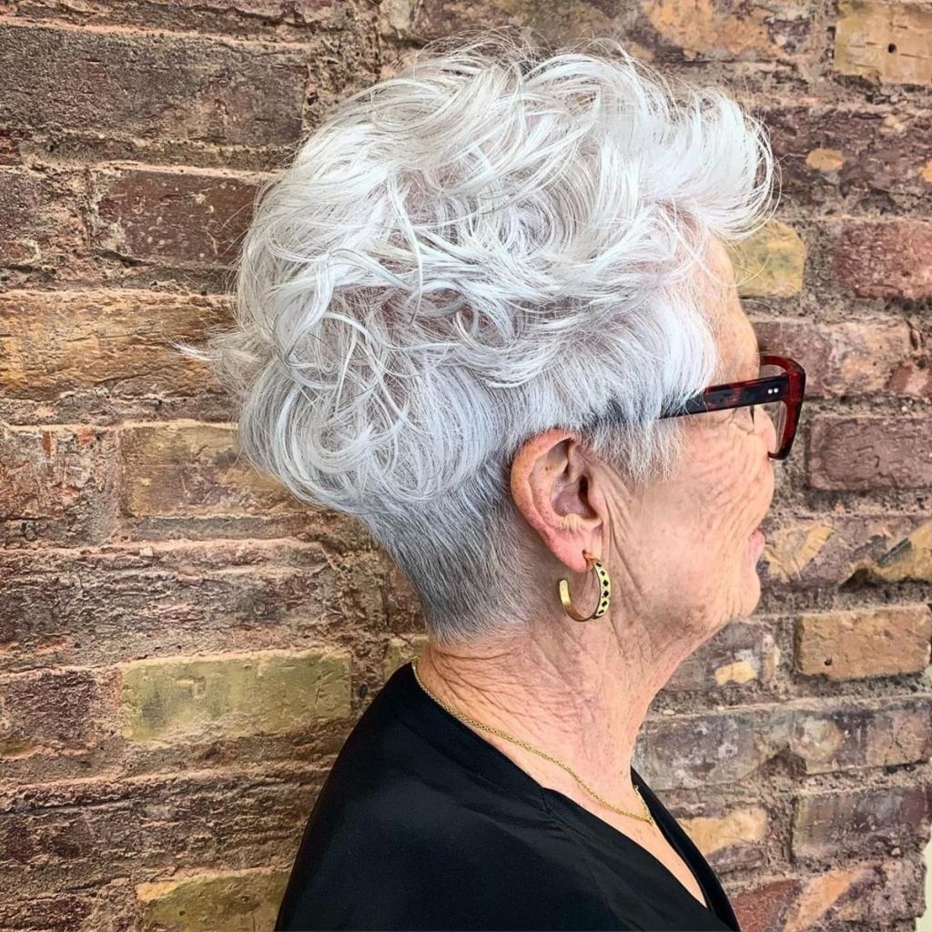 Как носить модную стрижку пикси женщинам за 60: несколько молодящих идей
