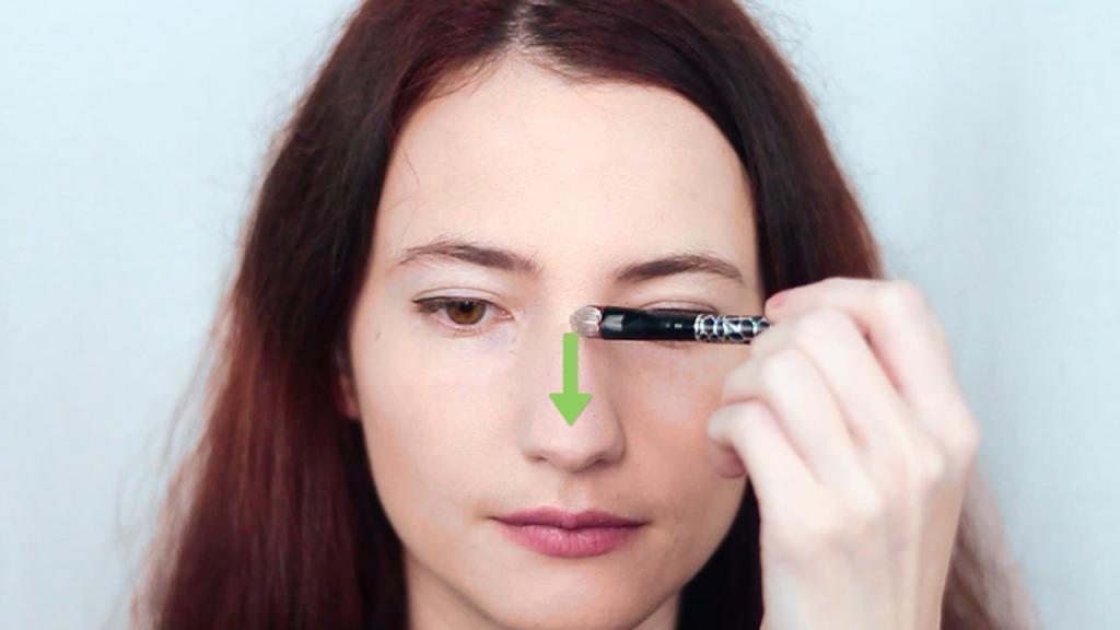 Зачем наносить воск на нос: трюк, который сделает макияж более ровным
