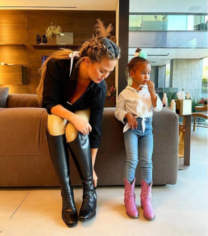 Голландские косы, объем и локоны: быстрые советы, как замаскировать отросшие корни волос на примере Риты Оры и других звезд