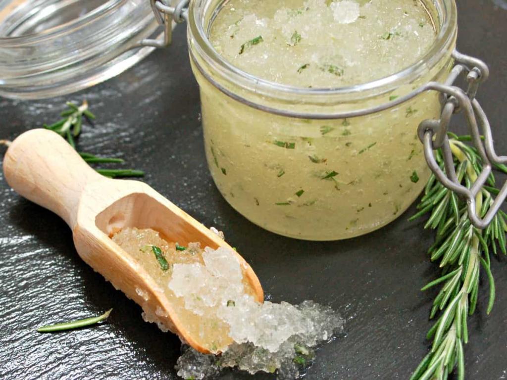 Идеальные ножки для босоножек: рецепт ароматного домашнего скраба из соли, масел и розмарина