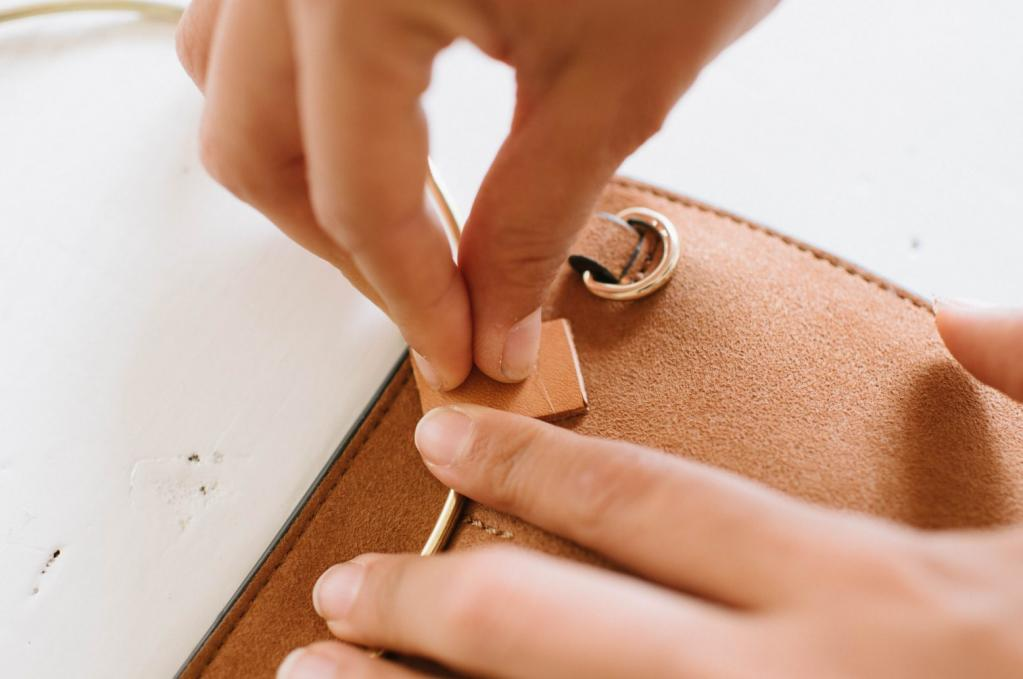 Делаем для любимого клатча стильную ручку-кольцо. Очень простой способ, который смотрится актуально