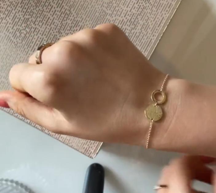 Трюк с невидимкой: как застегнуть узкий браслет без посторонней помощи