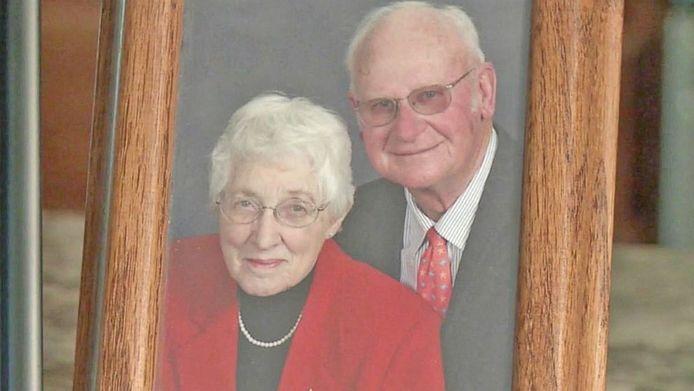 После 63 лет брака супруги умерли с разницей в несколько минут. Но потом их сын заметил кое что очень странное…