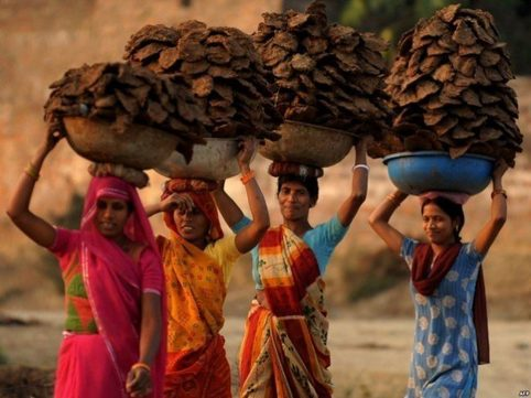 Поразительная способность женщин южных племен и народов носить на голове огромные грузы