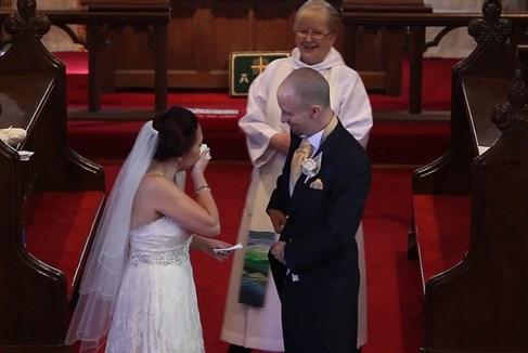 Жених остановил свадебную церемонию и попросил невесту обернуться. От увиденного она не смогла сдержать слез